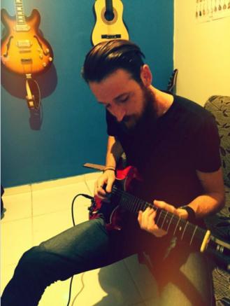 "Dan Calixto toca guitarra na canção ""Marcelo Went Upstairs And Said Yes!"""