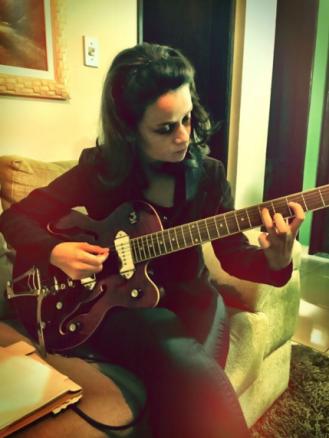 """Fernanda Pacianotto gravando """"Mind Changes"""", no disco ela também contribuiu nos backin vocals na canção """"Your Song"""""""