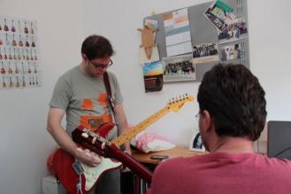 """Vicente Valenti Jr. gravando guitarra para a canção """"I'm Not Saying"""""""